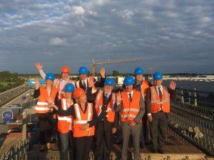 Vertreter der Kommission, des Bayrischen Innenministeriums, der Deutschen Bahn, des Airport München und der Initiative beim Besuch der Neufahrner Kurve.